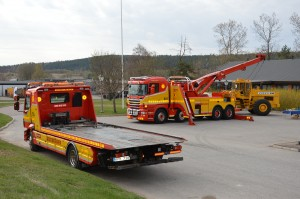 Två bärgningsbilar visas upp utanför restaurang Gästabudet på Ingarvet i Falun under Ingarvsdagen 2014.