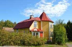 Sommarbild på gula villan på Strålins fastighet i Hosjö.