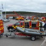 Bild från Ingarvsdagen, visar brandbilar och deras gummibåt samt bärgningsbilar