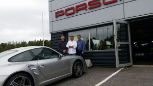 Bild på Tobias Lundberg, Anders Larsson och Linus Lundberg utanför Porsche Service Center Haninge.