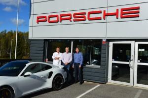 Bild på Anders, Tobias och Linus utanför Porsche Service Center Haninge
