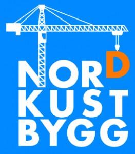 Nordkust Bygg ABs logo med blå bakgrund och vit text samt oranget d i ordet nord. En lyftkran lyfter det oranga d:et.
