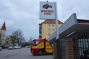 Bild från Assistancekårens station i Gävle. En bärgningsbil i gult och rött syns på bilden.