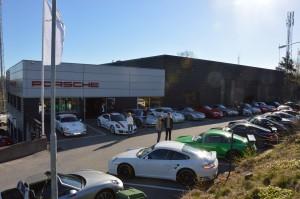 Bild från gården hos Porsche Service Center Haninge.