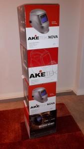 Bild på Aketek svetshjälmar som ligger förpackade i sina kartonger. Fyra kartonger på höjden i ett torn.